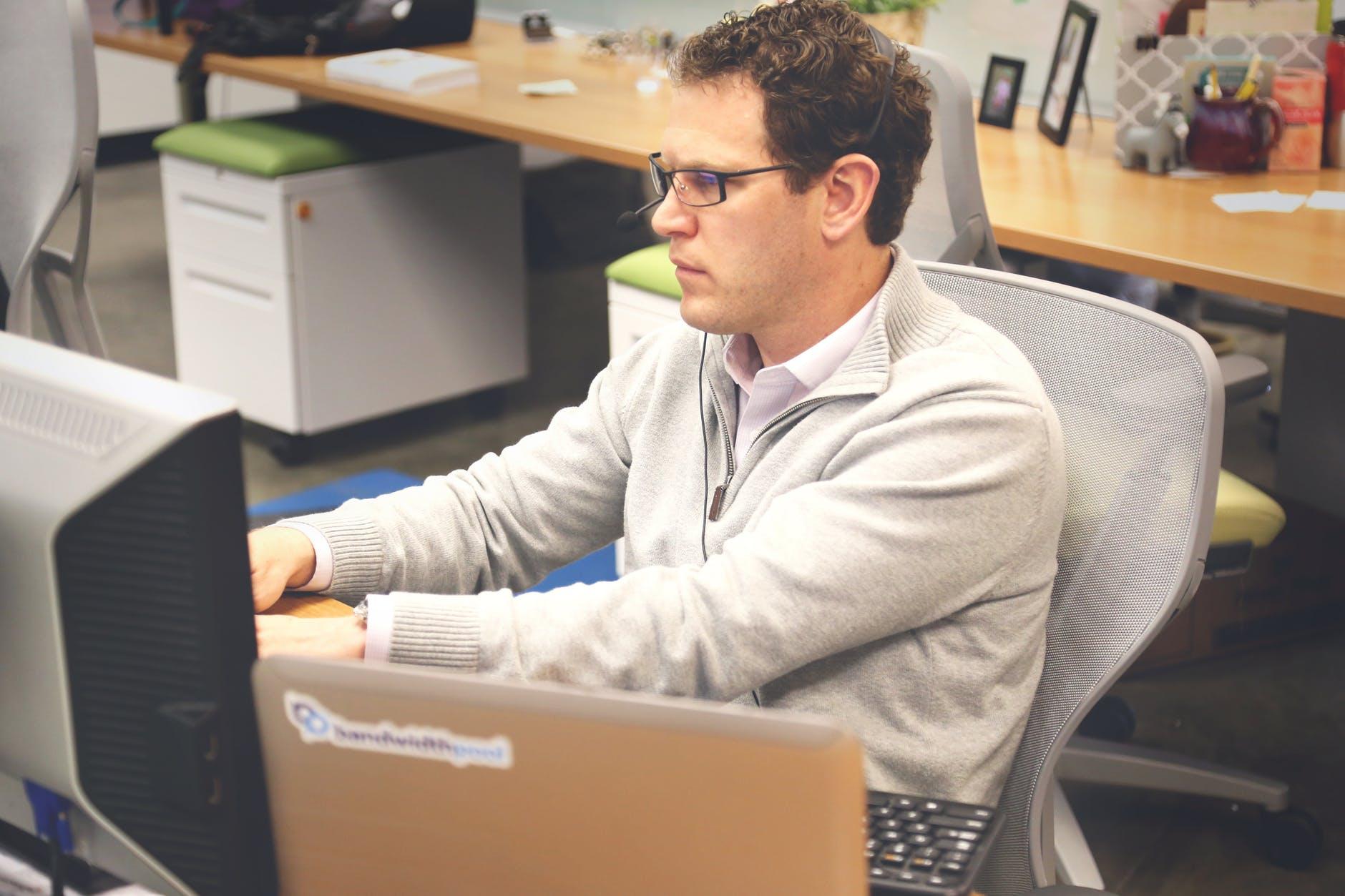 desk-office-workspace-coworking.jpg