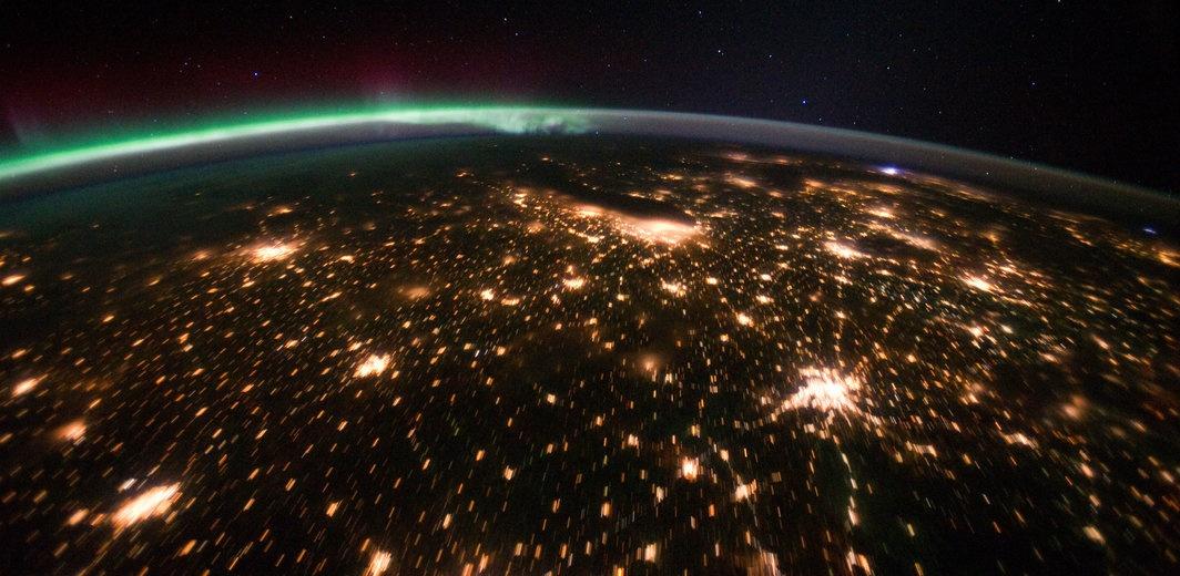 rsz_midwestern_usa_at_night_with_aurora_borealis_-_nasa_earth_observatory.jpg