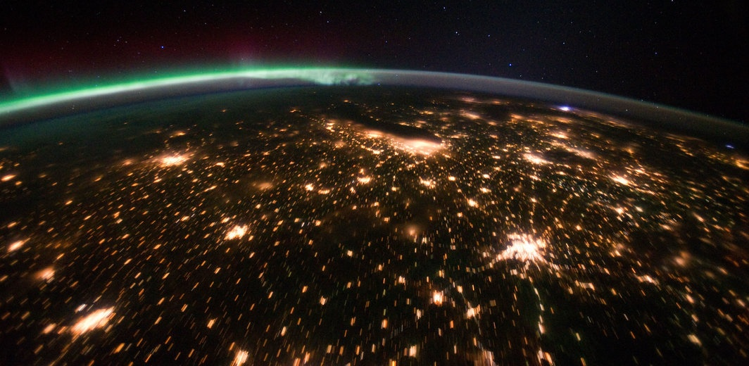 rsz_midwestern_usa_at_night_with_aurora_borealis_-_nasa_earth_observatory.jpg